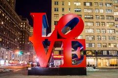 Förälskelseskulptur på natten i New York Arkivbild