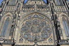Främre sikt av den huvudsakliga ingången till domkyrkan för St Vitus i den Prague slotten i Prague Arkivbilder