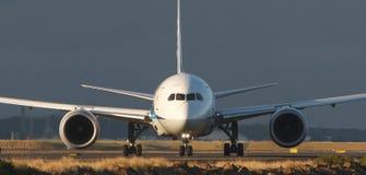 Främre sikt av den kommersiella stråltrafikflygplanet Royaltyfri Foto