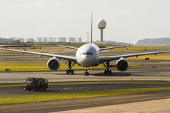Främre sikt av den kommersiella stråltrafikflygplanet Royaltyfria Bilder
