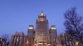 Från den ryska federationen Utrikesdepartementet, Smolenskaya fyrkant, Moskva, Ryssland stock video