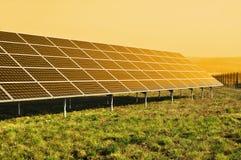 förnybar sol- sun för panelström Arkivfoton