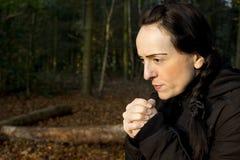 Frío de la mujer en maderas Fotografía de archivo