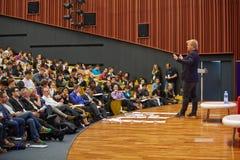 乔恩Froda, Podio的共同创立者与观众谈话 图库摄影