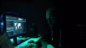 Frode di Internet, darknet, thiefs di dati, concetto del cybergrime Attacco del pirata informatico al server di governo Codifica  video d archivio