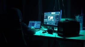 Frode di Internet, darknet, thiefs di dati, concetto del cybergrime Attacco del pirata informatico al server di governo Codifica  archivi video