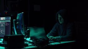 Frode di Internet, darknet, thiefs di dati, concetto del cybergrime Attacco del pirata informatico al server di governo Codifica  stock footage