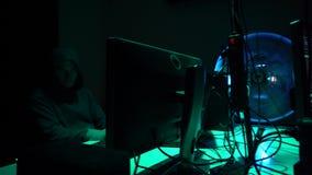 Frode di Internet, darknet, thiefs di dati, cybergrime Attacco del pirata informatico al server di governo Criminali pericolosi c video d archivio