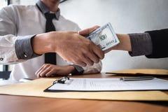 Frode disonesta in soldi illegali di affari, stretta di mano dell'uomo d'affari con soldi delle banconote del dollaro in mani da  fotografie stock