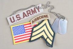 Frodig lapp för USA-ARMÉsergeant, luftburen flik, flaggalapp och hundetikett Arkivbild