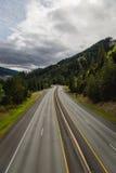 Frodig vertikal sikt av en mellanstatlig huvudväg Arkivbild