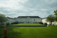Frodiga gröna gräsmattor framme av Schloss Bellevue Royaltyfri Foto