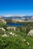 Frodigt bergsjöområde - Yosemite nationalpark Royaltyfria Foton