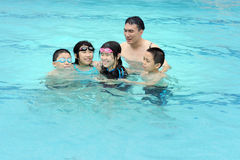 Froh im Swimmingpool lizenzfreies stockbild