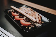 froh Lebensmittel in der Platte barman Nahrung zu den Kunden ' lizenzfreies stockbild