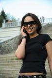 Froh stehen Sie durch Telefon in Verbindung Lizenzfreie Stockfotos