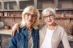 Frohe ältere Damen haben echte Freundschaft Stockbild