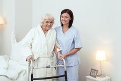 Frohe ältere Frau, die mit Wanderer steht stockfotografie