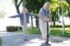 Frohe ältere Menschen, die Spaß haben lizenzfreie stockbilder