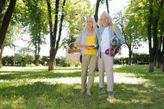 Frohe ältere Paare, die im Park sind lizenzfreie stockfotos