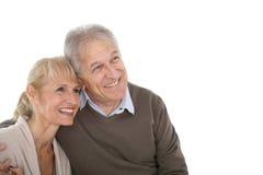 Frohe ältere Paare, die in Richtung der Zukunft lokalisiert blicken Stockbild