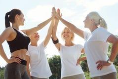 Frohe aktive Frauen, die bereit sind auszubilden Stockbilder