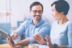 Frohe Berufskollegen, die im Café sitzen Stockfotos
