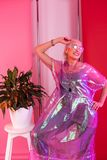 Frohe blonde Stellung lokalisiert auf rosa Hintergrund stockfotos