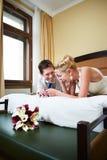 Frohe Braut und Bräutigam im Schlafzimmer Stockbilder