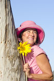 Frohe fällige Dame mit Sonnenblume Stockbilder