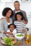 Frohe Familie, die Abendessen vorbereitet Stockbild