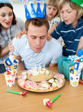 Frohe Familie, die Geburtstag des Vaters feiert Stockfotografie
