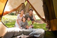 Frohe Familie, die im Park kampiert Stockfoto