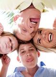 Frohe Familie, die sonderbare Gesichter in der Unordnung bildet lizenzfreies stockfoto