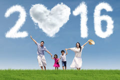 Frohe Familie, die unter Nr. 2016 läuft Stockbild