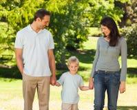 Frohe Familie im Park stockfotografie