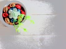 Frohe Feiertage farbige Schokolade Mischostereier und heller Hintergrund stock abbildung