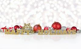 Frohe Feiertage goldener Text und Weihnachtsdekorationen Stockfoto