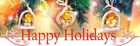 Frohe Feiertage Hintergrunddesign Weihnachtsbaum mit Dekorationen in Form eines Engels mit Sternen Lizenzfreies Stockbild