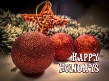 Frohe Feiertage simsen Sie in der weißen Farbe auf Weihnachtsbaumball und spielen Sie Spielwaren- und Girlandenhintergrund die Ha Lizenzfreie Stockfotos
