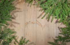 Frohe Feiertage Weihnachtsdekoration, Brett und Niederlassungen von Bäumen Stockbilder