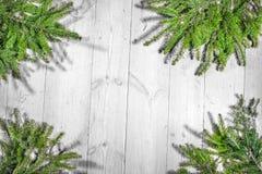 Frohe Feiertage Weihnachtsdekoration, Brett und Niederlassungen von Bäumen Lizenzfreie Stockbilder