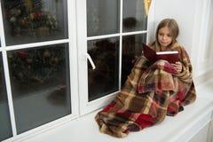Frohe Feiertage Wenig Kind las Buch auf Weihnachtsabend Wenig Mädchen genießen, Weihnachtsgeschichte zu lesen Kleiner Leser lizenzfreies stockbild