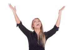 Frohe Frau, die mit den angehobenen Armen lacht Lizenzfreie Stockfotos