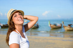Frohe Frau, die Thailand-Reise am Strand genießt Stockbilder