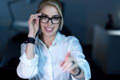 Frohe IT-Frau, die zukünftige Technologien bei der Arbeit genießt Lizenzfreie Stockbilder