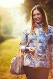 Frohe Frau draußen Ruhe und Frieden Weibliche Handtasche Lizenzfreies Stockfoto