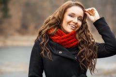 Frohe Frau im Freien am Vorfrühling Lizenzfreies Stockbild