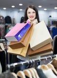 Frohe Frau mit Einkaufstaschen Stockfotos