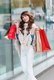 Frohe Frau mit Einkaufstaschen Lizenzfreie Stockbilder